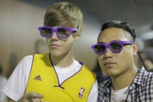 https://catarinaivf.files.wordpress.com/2011/04/fotos-justin-bieber-e-jon-chu-com-os-oculos-3d-de-never-say-never.jpg?w=300